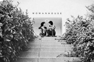 Couverture conçue par Sheila Levrant de Bretteville du catalogue de l'exposition « Womanhouse » (30 janvier – 28 février 1972), organisée par Judy Chicago et Miriam Schapiro, co-fondatrices du Feminist Art Program de CalArts (1972)